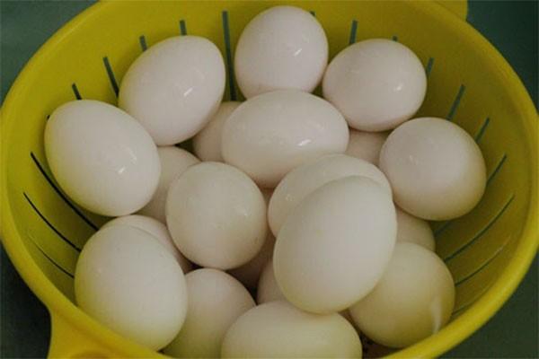 Bạn có thể dùng trứng gà hoặc vịt để muối - cách làm trứng vịt muối
