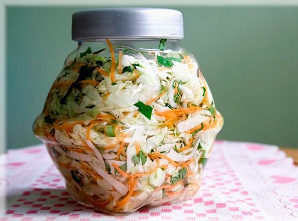Cho dưa vào vại hoặc bình thuỷ tinh - cách muối dưa bắp cải
