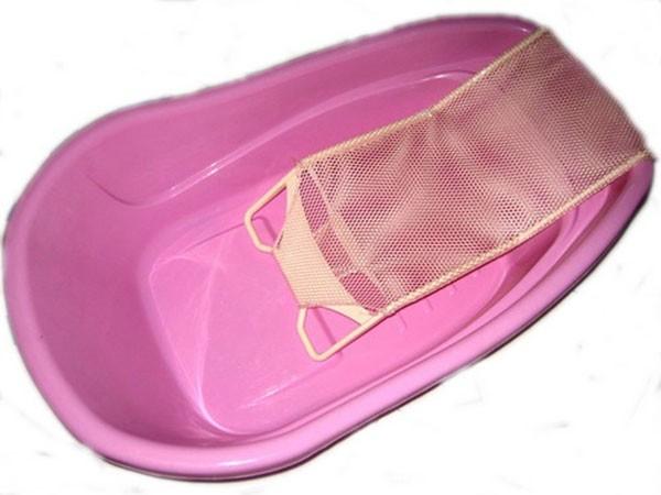 Đặt một chiếc khăn hoặc lưới tắm dưới đáy chậu - cách tắm cho trẻ sơ sinh