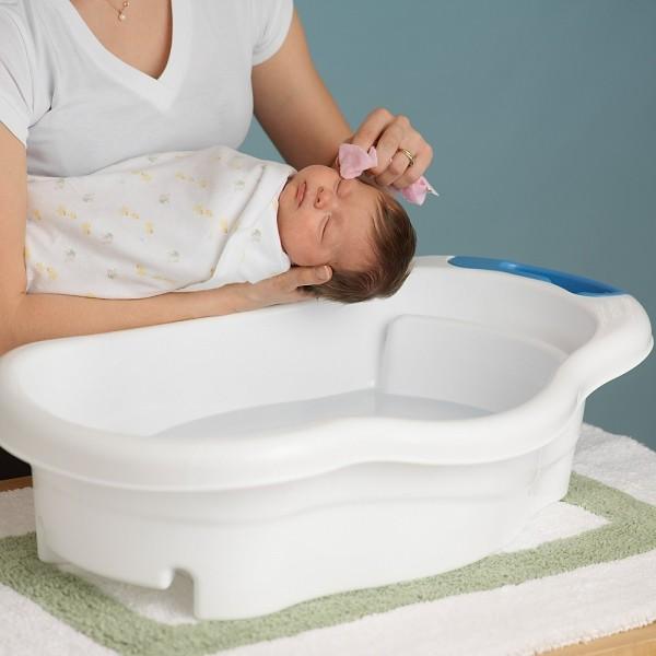 Rửa mặt cho bé trước tiên - cách tắm cho trẻ sơ sinh