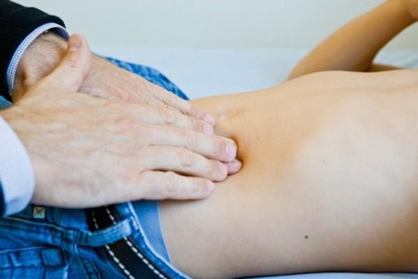 Cần đến bác sĩ, bệnh viện để khám khi có các triệu chứng đau ruột thừa - trieu chung dau ruot thua