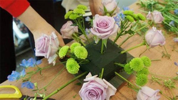 Cắm xen kẽ các bông cúc xanh - cách cắm hoa hồng để bàn