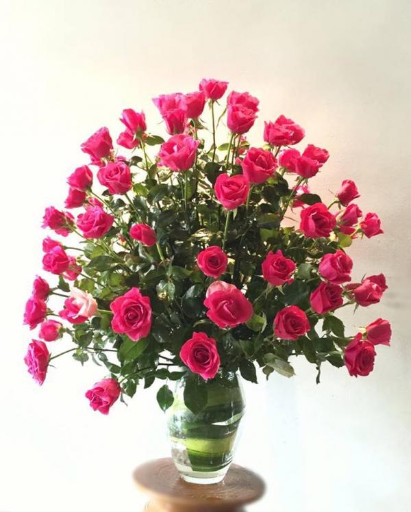 Bình hoa hồng đỏ hình tháp - cách cắm hoa hồng đỏ