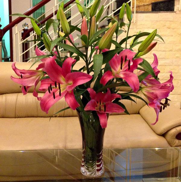 Lọ hoa ly để ban thờ - cách cắm hoa ly để bàn thờ