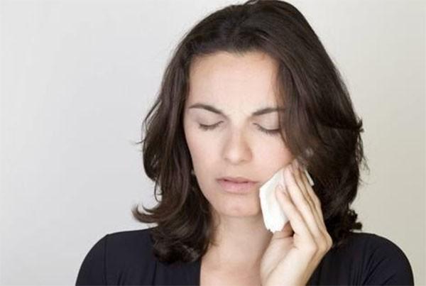 Chườm nóng để chữa sâu răng - cách chữa sâu răng hàm