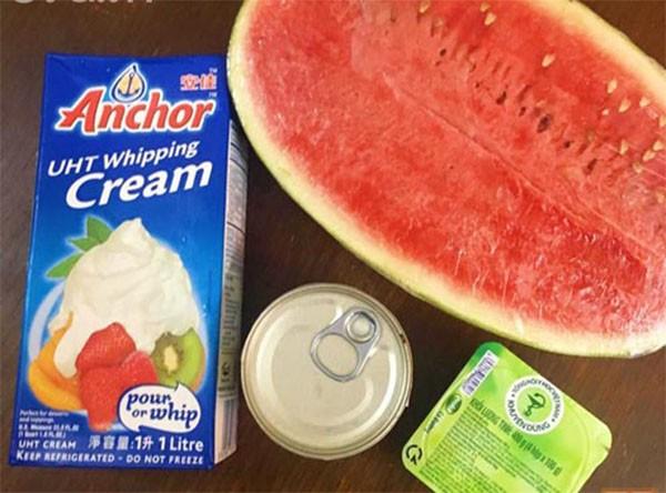 Các nguyên liệu chính là kem dưa hấu - cach lam kem dua hau