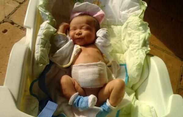 Cho trẻ tắm nắng vào khoảng thời gian sáng sớm và chiều tối - thời gian tắm nắng cho trẻ sơ sinh