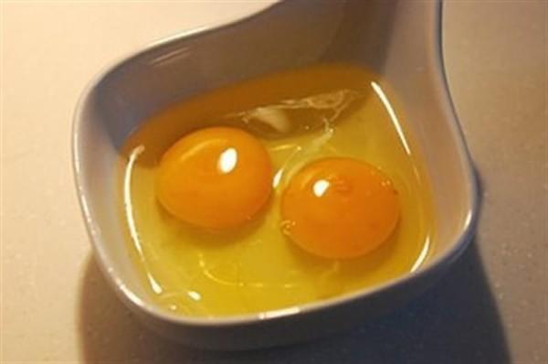 Cách làm bánh gato bằng nồi cơm điện - đánh bông trứng và đường lên, cách làm bánh gato