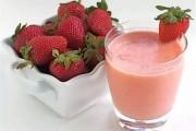 Cách làm sinh tố dâu chua dịu dễ uống cho mùa hè