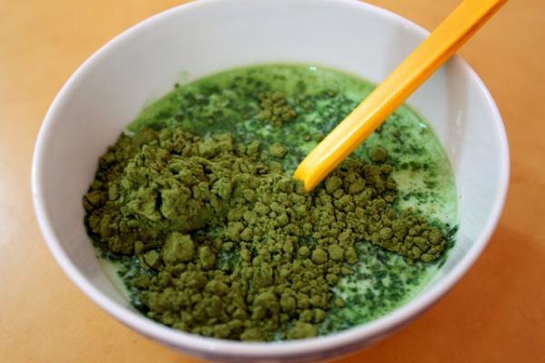 Hoà bột trà xanh - cách làm thạch nha đam tại nhà