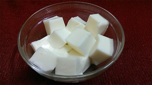 Xắt miếng sữa chua dẻo - cách nấu chè nếp cẩm sữa chua