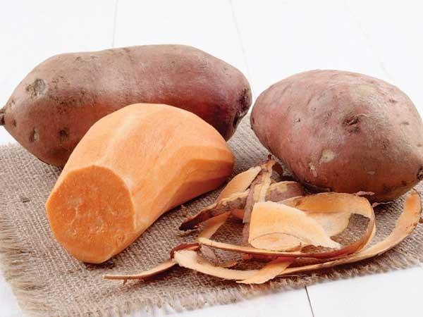 Gọt vỏ khoai lang - cách làm khoai lang sấy dẻo