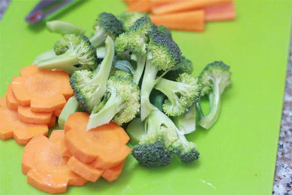 Chuẩn bị cà rốt và súp lơ xanh - cách làm canh mọc