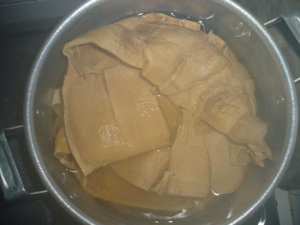 Luộc và ngâm măng khô - cách nấu miến gà măng khô