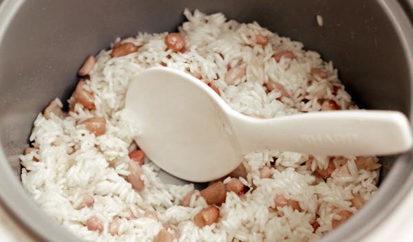 Cho các nguyên liệu vào nồi - nấu xôi lạc bằng nồi cơm điện