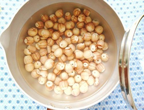 Hạt sen rửa sạch và cho vào nồi cùng muối nấu chín - cách nấu xôi dừa hạt sen