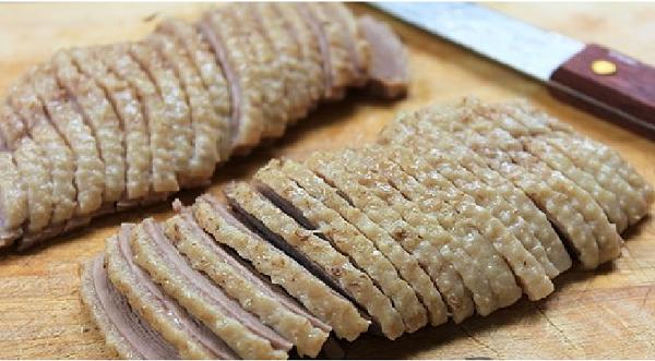 Lọc thịt ngan ở 2 bền sườn rồi thái thành từng miếng mỏng vừa ăn - miến ngan hà nội