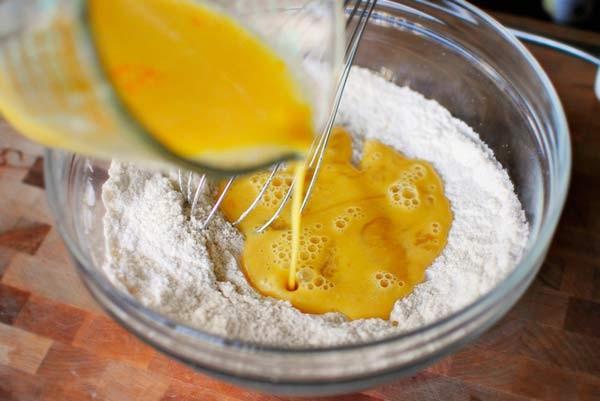 Chuẩn bị phần bột - cách làm bánh thuẫn bằng bột bình tinh