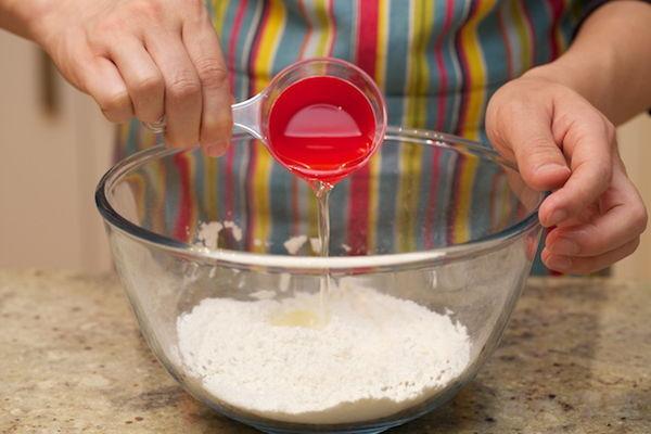 Trộn bột - cách làm quẩy bằng bột mì