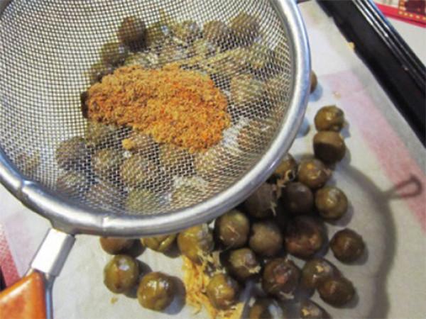 Trộn sấu với ớt bột, cam thảo - cách làm ô mai sấu