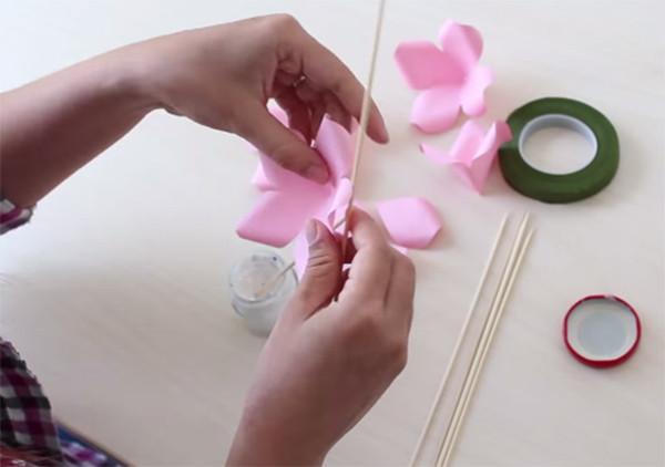 Ghép cánh hoa - cách làm hoa bằng giấy màu