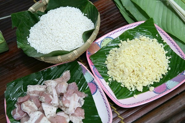 Chuẩn bị gạo đỗ thịt làm nhân bánh - cách gói bánh tét