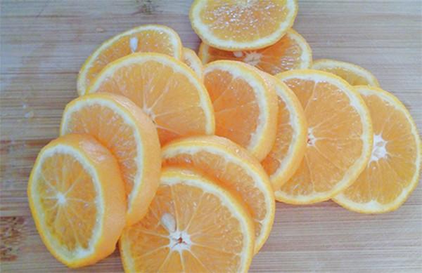 Xắt cam thành các miếng mỏng - cach lam mut cam