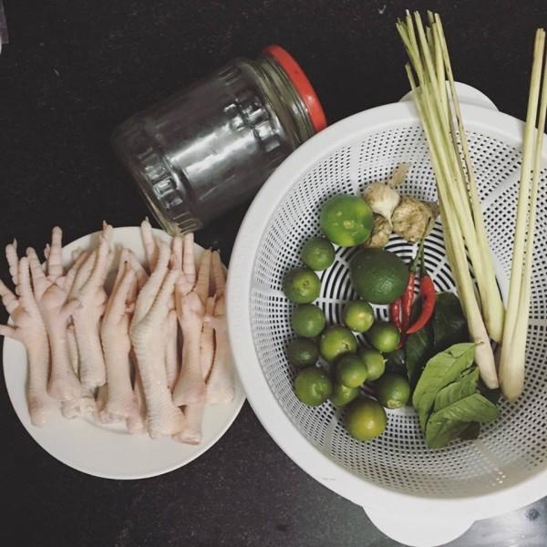 Chuẩn bị nguyên liệu làm chân gà ngâm sả ơt - cách làm chân gà ngâm sả ớt chua ngọt