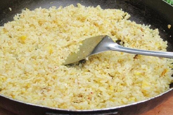 Rang cơm với trứng - cơm rang dưa bò mã mây