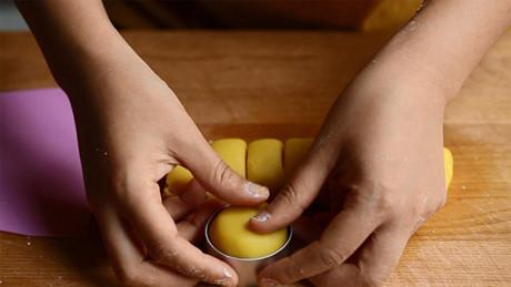 Tạo hình bánh dứa trong khuôn