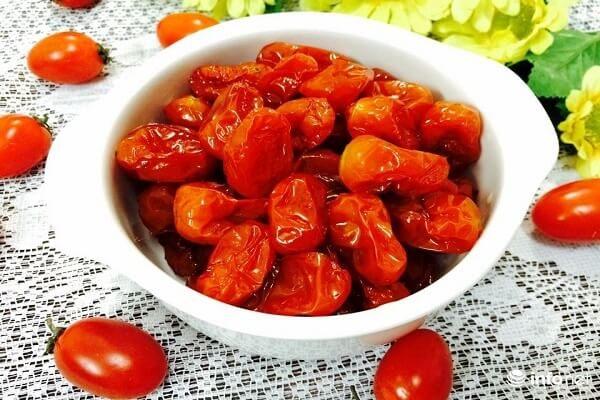 Món mứt cà chua bi đã được hoàn thành và chờ thưởng thức