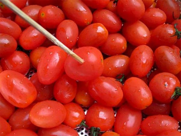 Cà chua bi vớt để ráo nước chờ sử dụng