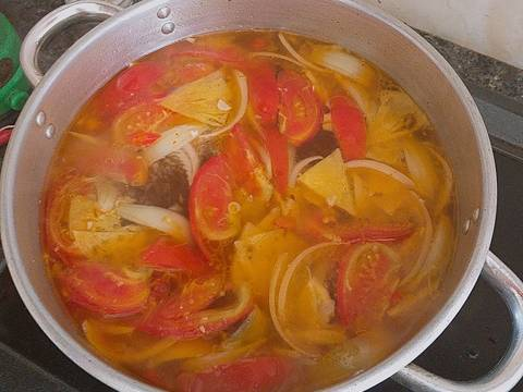 Nấu nước dùng của món bún thái