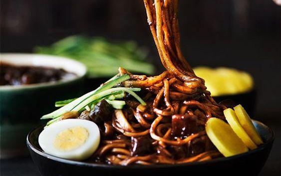 Món mì sẽ đạt chuẩn vị Hàn Quốc khi ăn cùng với kim chi