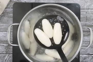 luộc bánh ngào trong nước sôi