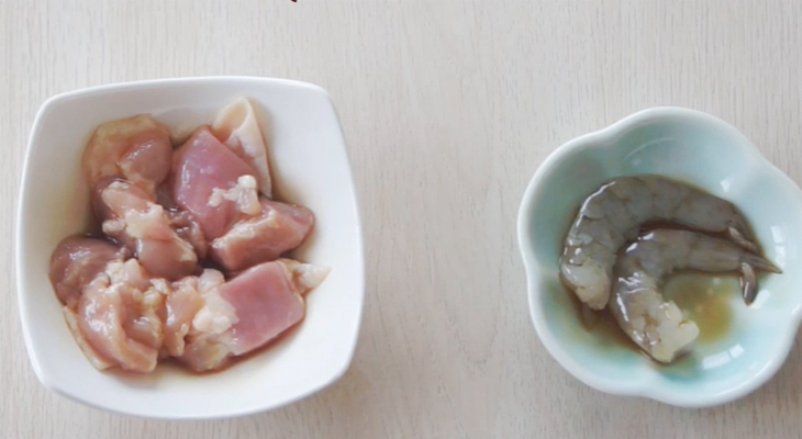 Ướp tôm và thịt gà khoảng 5 phút cho thấm gia vị