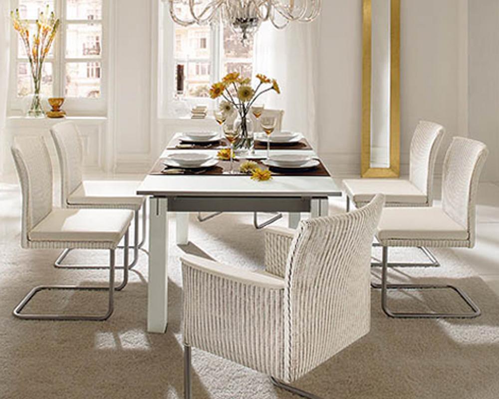 Bộ bàn ăn dành cho nhiều người với bàn dài nhưng vẫn tiết kiệm diện tích