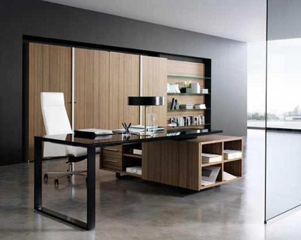 Phòng làm việc được bố trí cạnh phòng khách, ngăn cách nhau bởi tấm kính tạo không gian thêm rộng rãi thoải mái