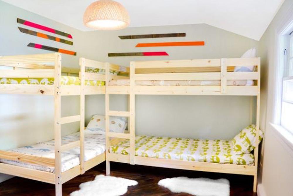Phòng ngủ của bé được sử dụng giường tầng nhỏ gọn, đáng yêu